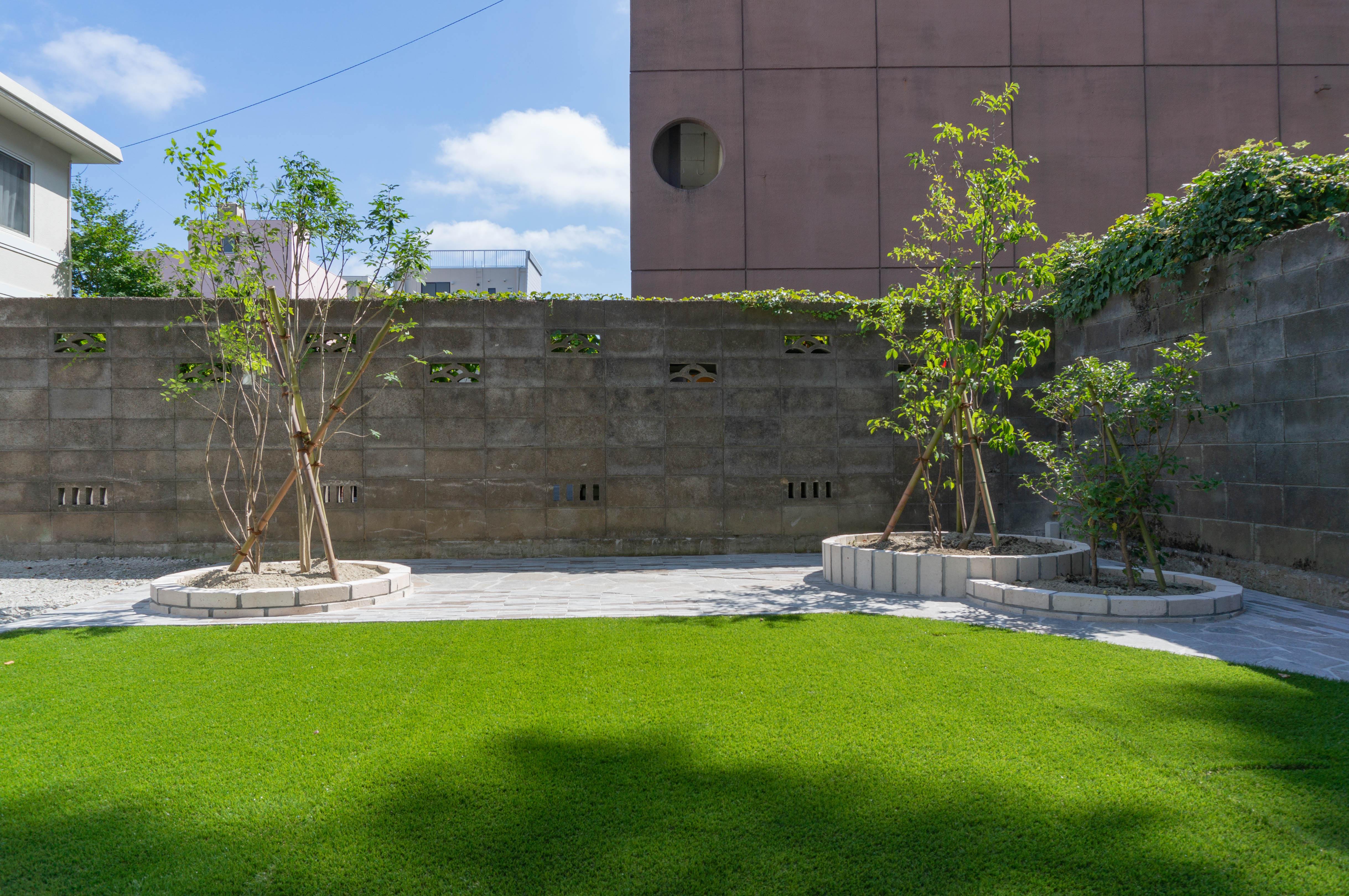 テラスからの長めです。人工芝の緑が美しいです